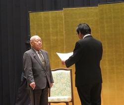 野々村会長から表彰を受ける芳野氏